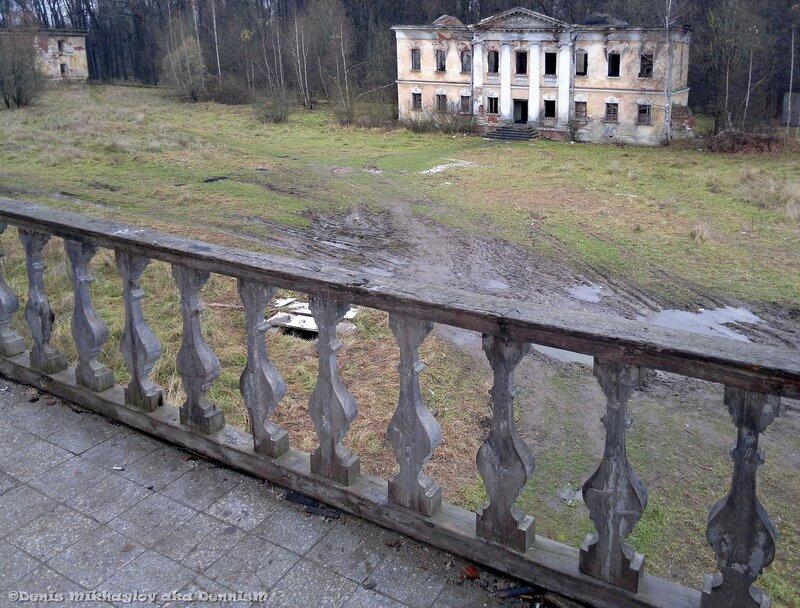 Усадьба Гребнево. Вид с балкона восточного флигеля на западный флигель.