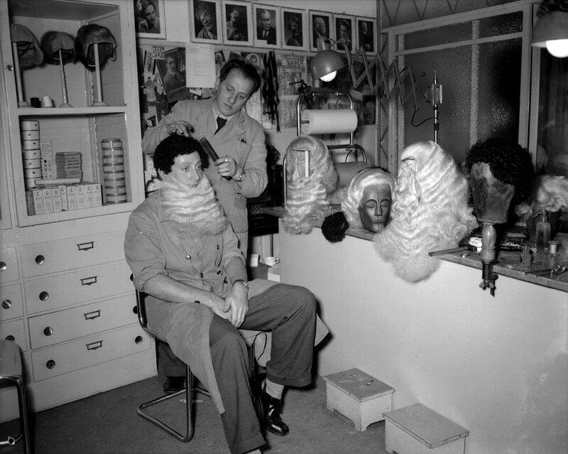 Toneelkapper in de weer met pruiken en baarden, Amsterdam, 13 november 1951Foto Ben van Meerendonk / AHF, collectie IISG, Amsterdam