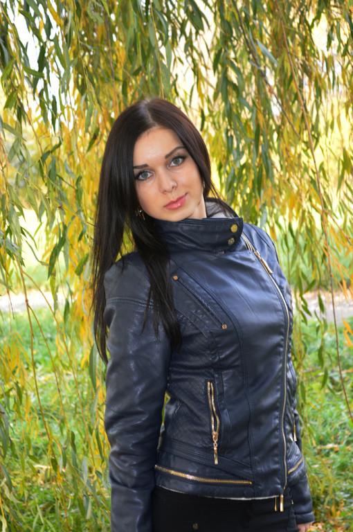 На листьях цветов черные