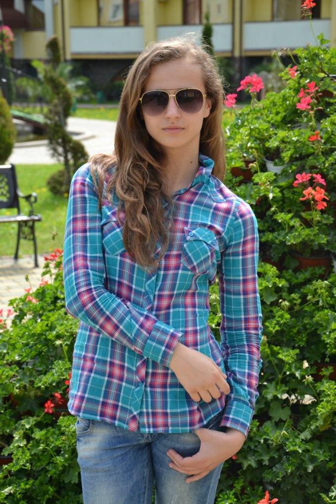 Юная девушка и бирюзовой клетчатой рубашке