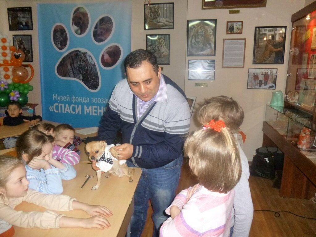 На одном из занятий в музее. Карен Даллакян рассказывает, как оказывать первую помощь животным. (16.01.2014)