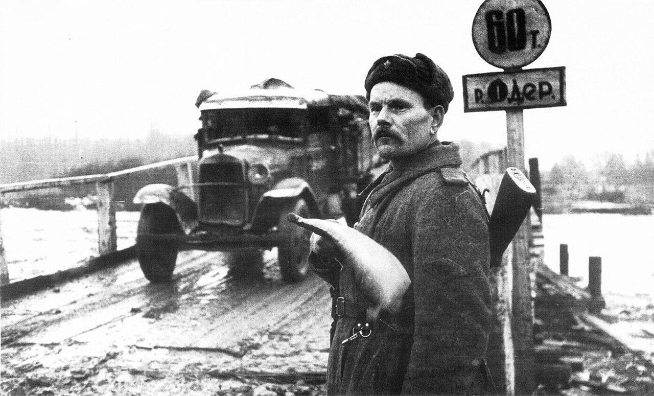 Советский регулировщик Е.С. Лазовой у переправы через Одер. Март 1945