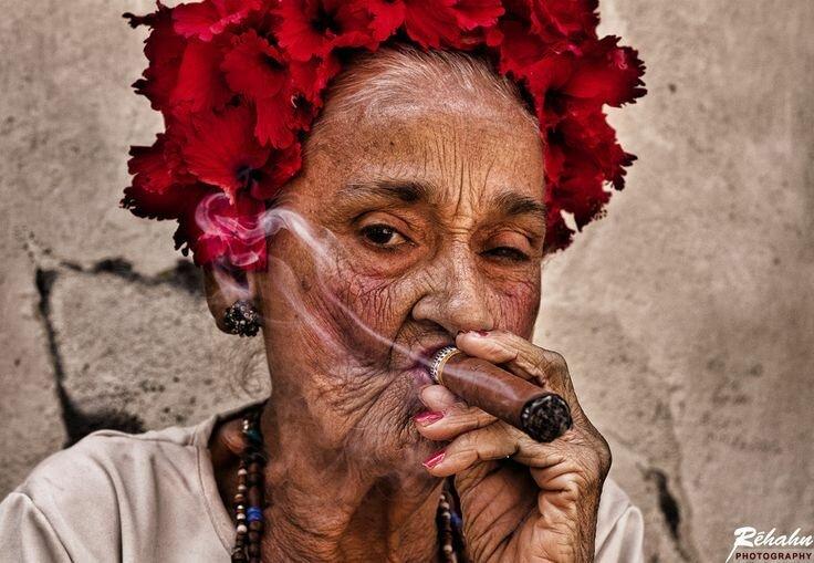 Картинки по запросу фото женщина курит трубку