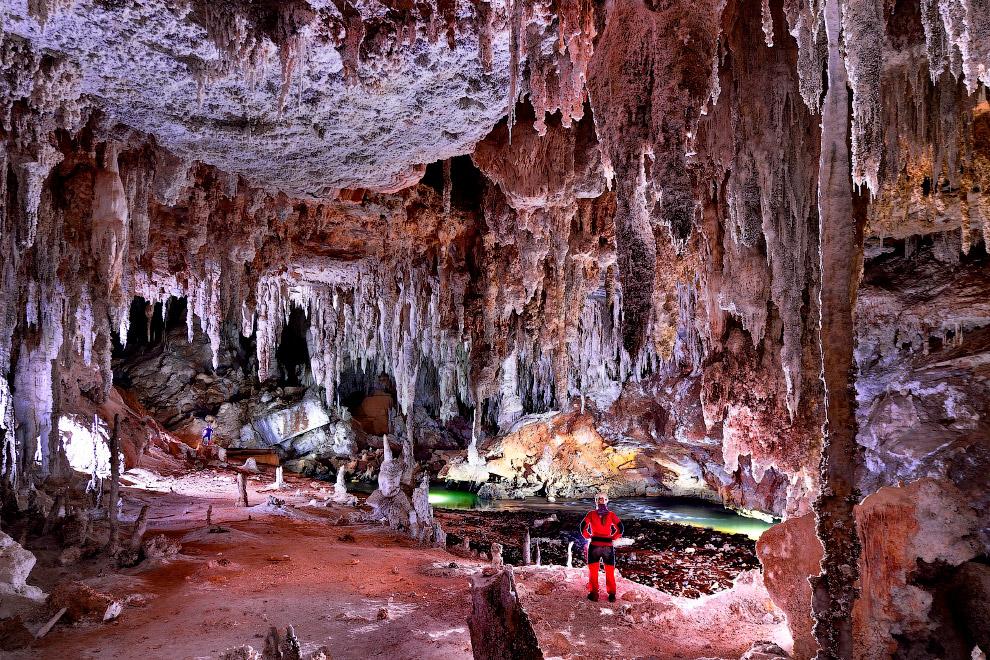 4. Пещера сформировалась под непрерывным воздействием дождевой воды и реки Лапа, которая спускается