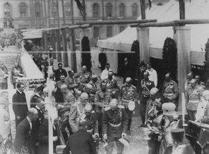 Император Николай II  и сопровождающие его лица на  закладке новых казарм  полка; кирпич закладывает бывший командир полка великий князь Павел Александрович.