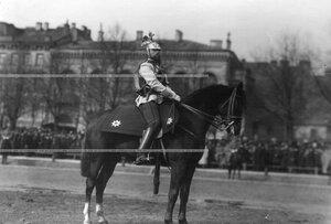 Штандартный унтер-офицер на Конногвардейском бульваре у здания казарм в день полкового праздника.