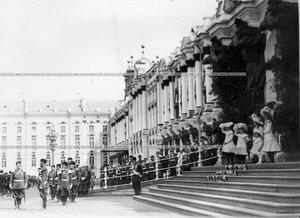 Император Николай II со свитой на площади у Екатерининского дворца во время парада.