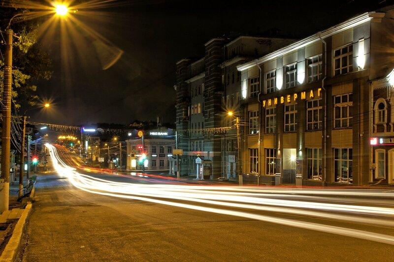 Ночные трассы огней машин, фонари и здание старого универмага IMG_7736_hdr