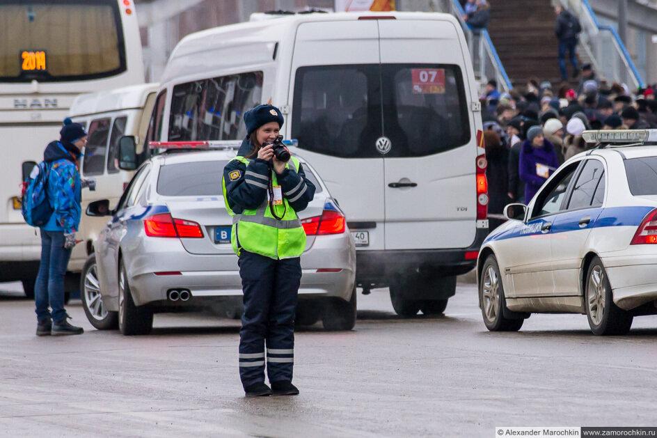 Девушка в полицейской униформе фотографирует встречу Олимпийского огня в Саранске