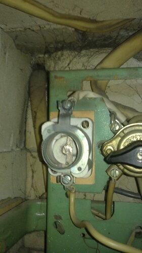 Фото 10. Провод с надетым на него кембриком присоединён к верхнему контакту ПАР.