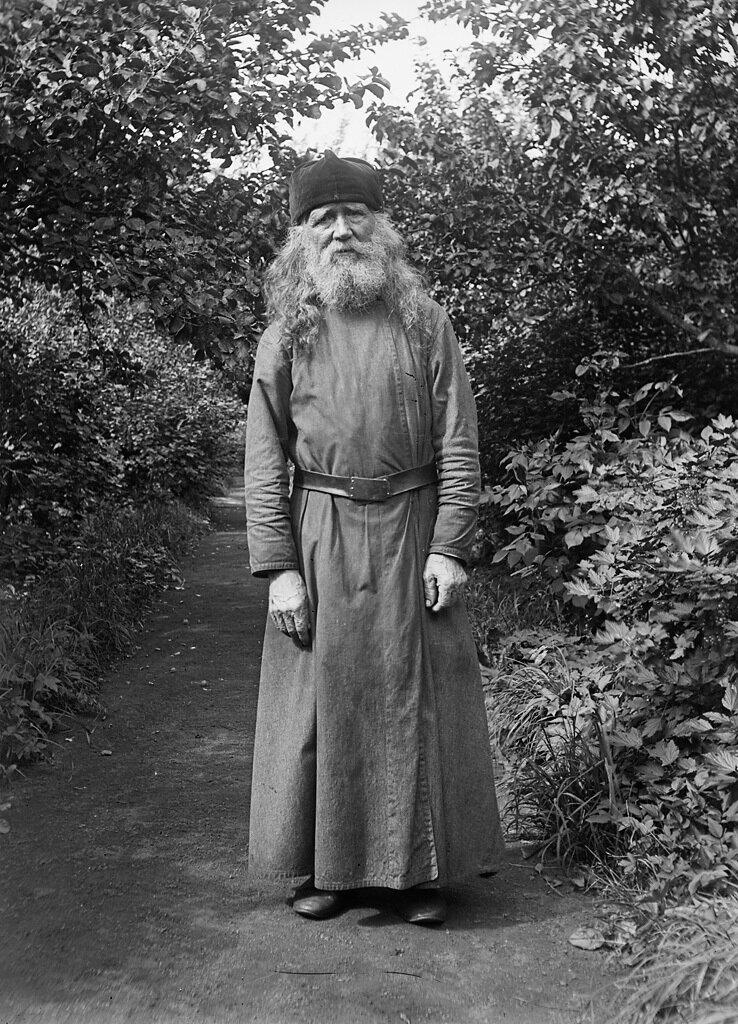 Отец Сергий, помощники в монастырском саду