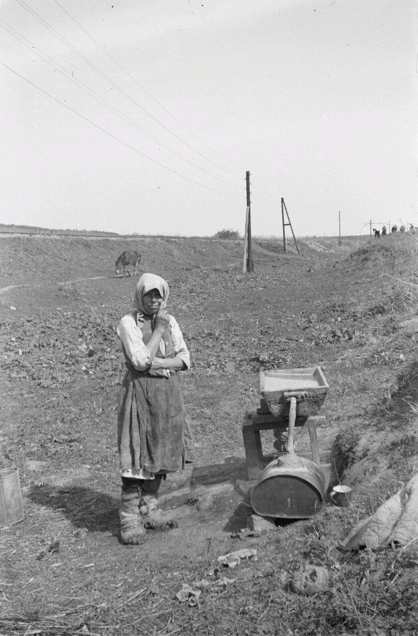 Белгородская область.  Женщина возле резервуара для воды