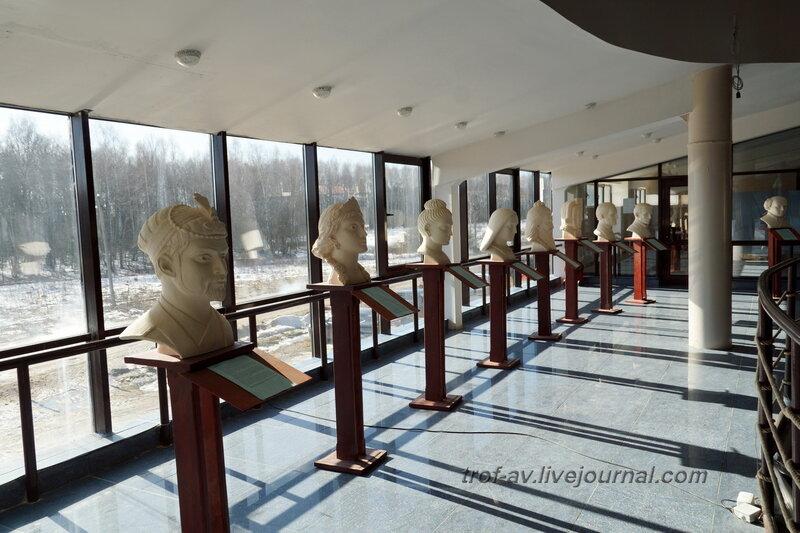 Круговая галерея с бюстами великих людей. Этномир, крытый павильон (улица Мира), Калужская обл.