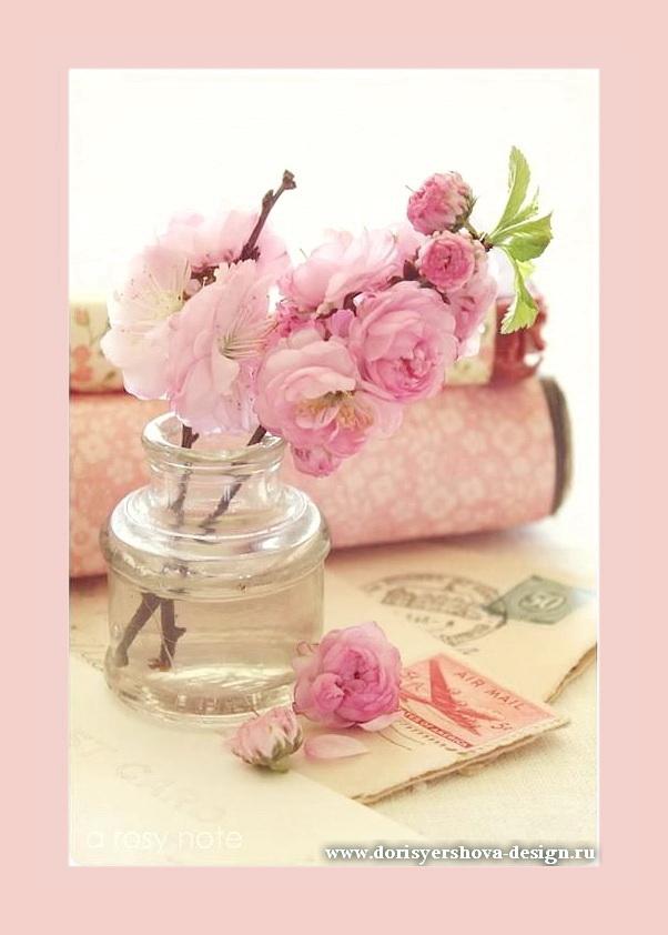 розовые цветы в стеклянном флаконе, старинные конверты, аксессуары в стиле шебби-шик, нежно-розовый цвет