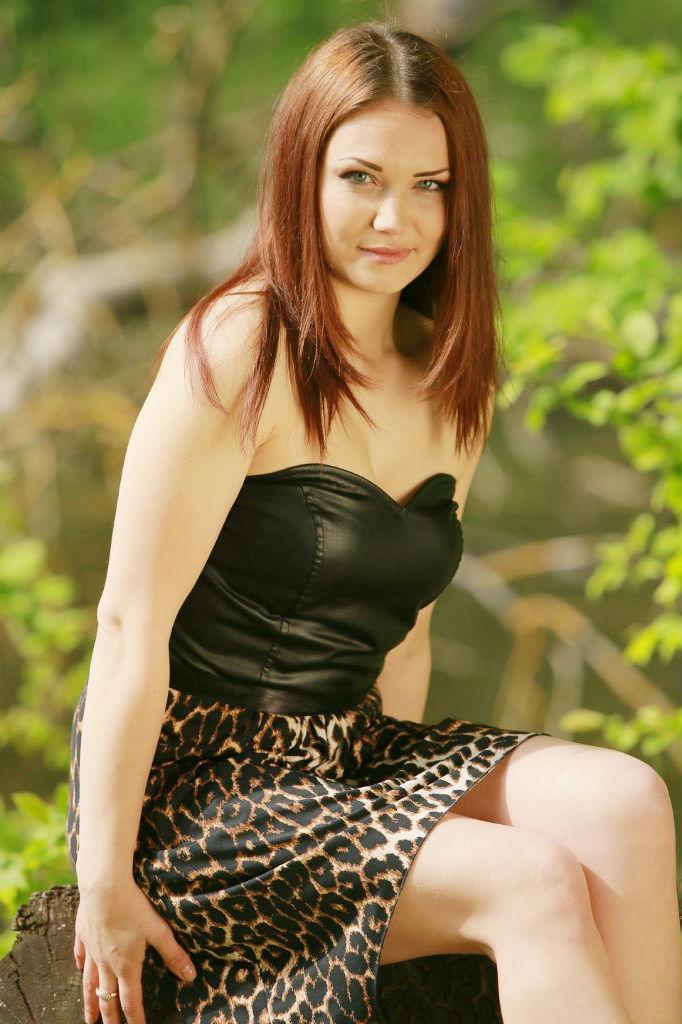 Зеленоглазая девушка в корсете в парке
