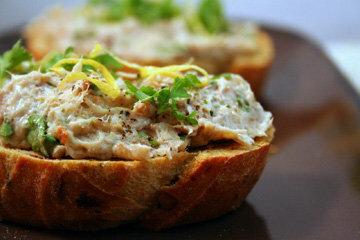 Паштет из рыбы с тостами и салатом