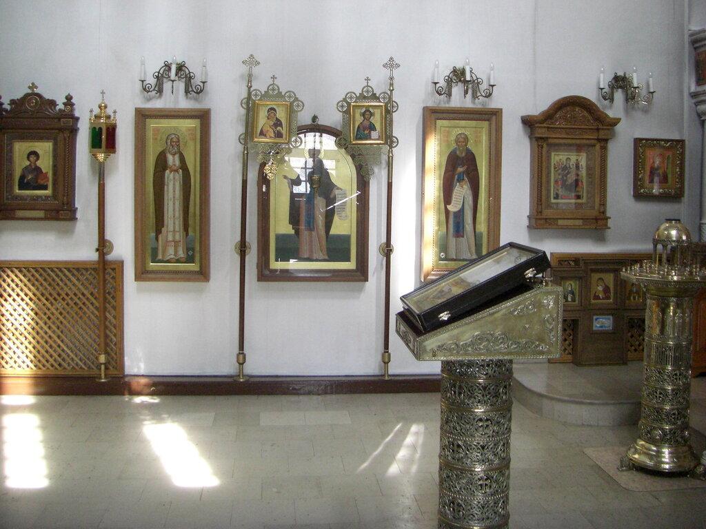 В центре - 3 иконы, написанные Дмитрием Мироненко, справа от них - икона, написанная афонскими монахами (24.04.2014)
