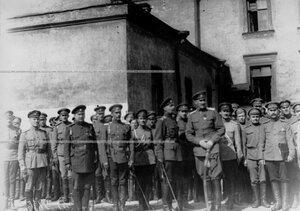 Генерал О.П.Васильковский с группой офицеров на параде запасного батальона полка.