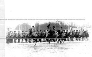 Момент выноса полкового знамени во время парада полка.