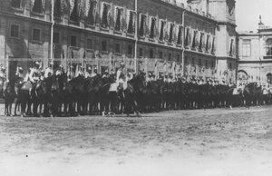 Кирасиры на конях перед Гатчинским дворцом во время парада полка.
