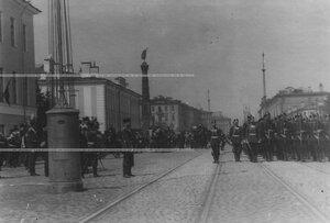 Император Николай II  в форме лейб-гвардии Измайловского полка и высший офицерский состав принимают парад на Измайловском проспекте.