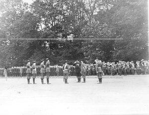 Император Николай II принимает рапорт командующего парадом.