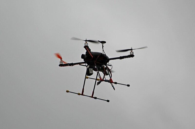 квадрокоптер с камерой в воздухе, снимавший битву