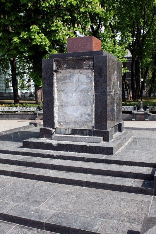 Вандалы разрушили памятник героям октябрьской революции