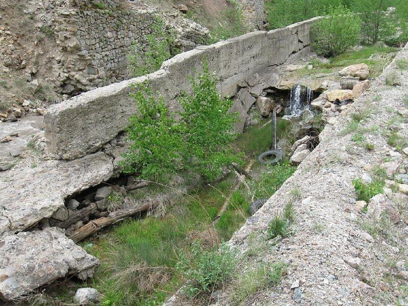 """""""Вода камень и бетон точит...""""  Здесь должна течь речка, а она """"ушла"""" за бетонное ограждение...(Resize of IMG_5552.JPG)"""