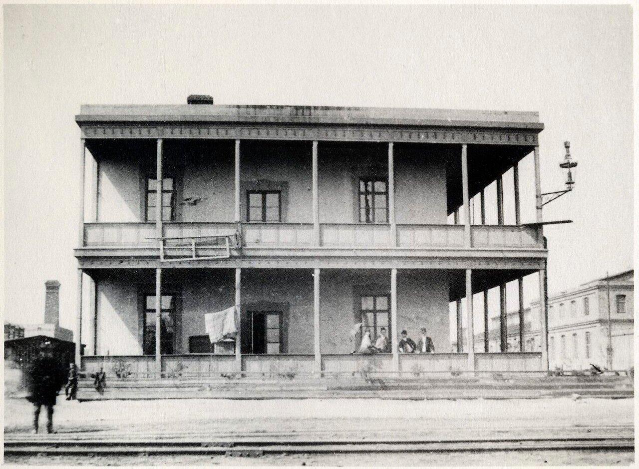 Здание возле железной дороги в Баку