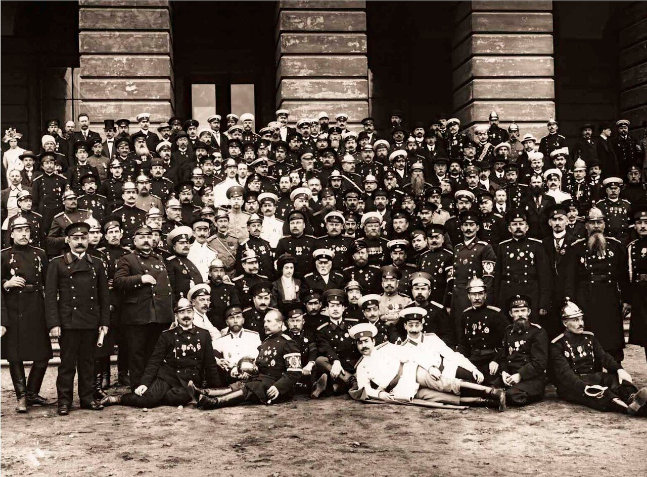 1912. Группа участников VI Международного Пожарного Конгресса на Марсовом поле у здания Павловских казарм.