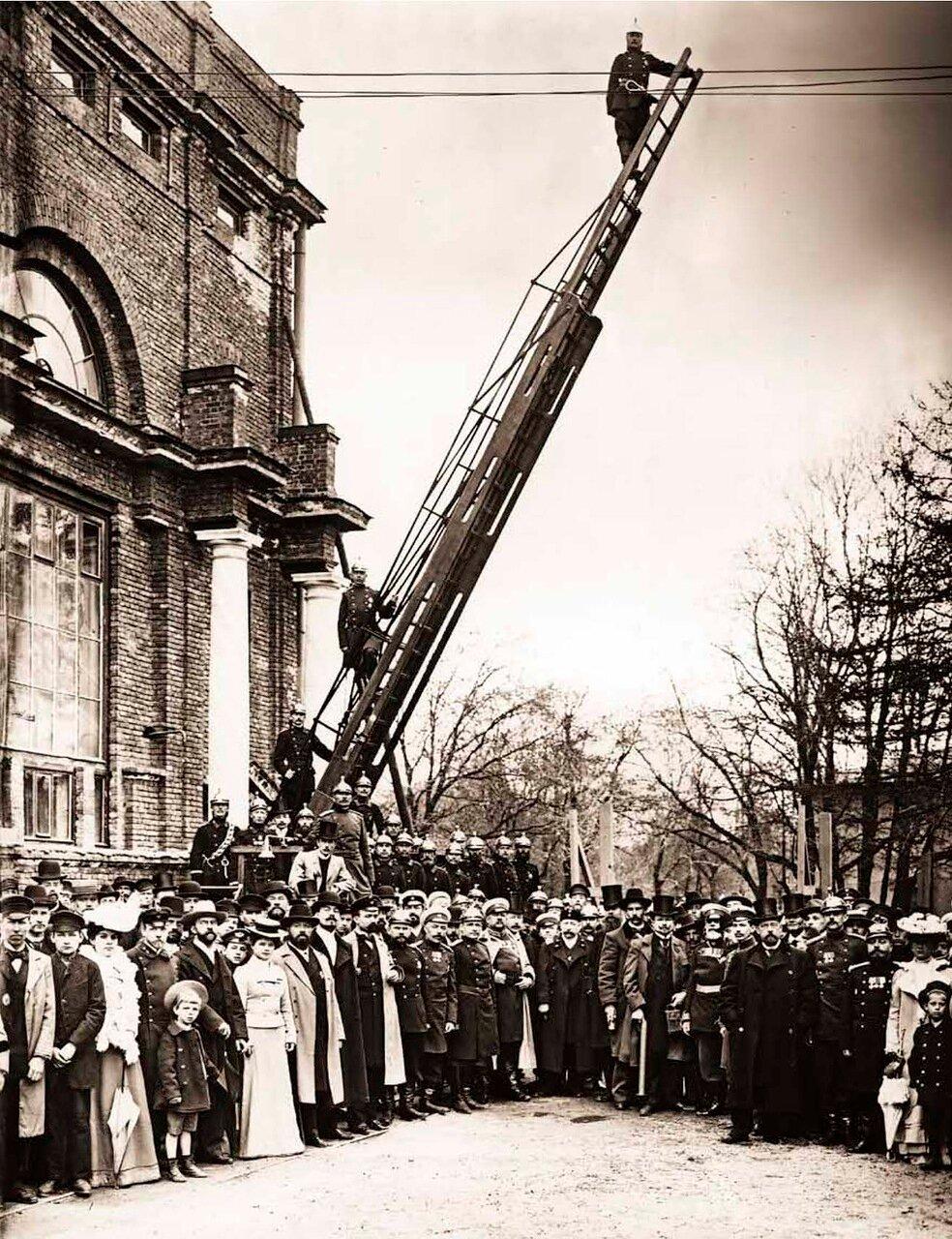 1903. Группа членов Санкт-Петербургского Пригородного Пожарного Общества в день празднования 5-ти летнего юбилея у здания Народного дома.