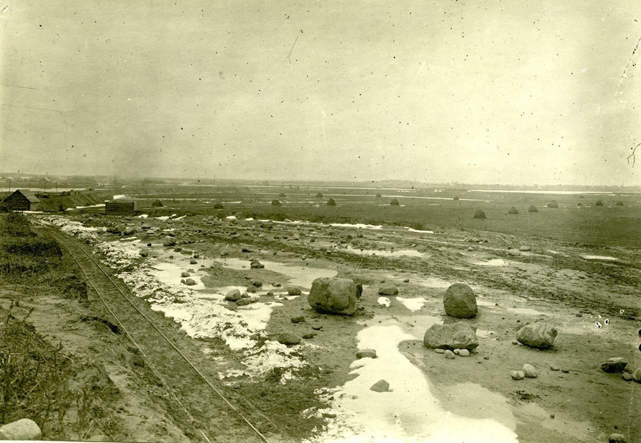 Вид на железнодорожную насыпь с колокольни церкви Спаса Нередицы. 1916