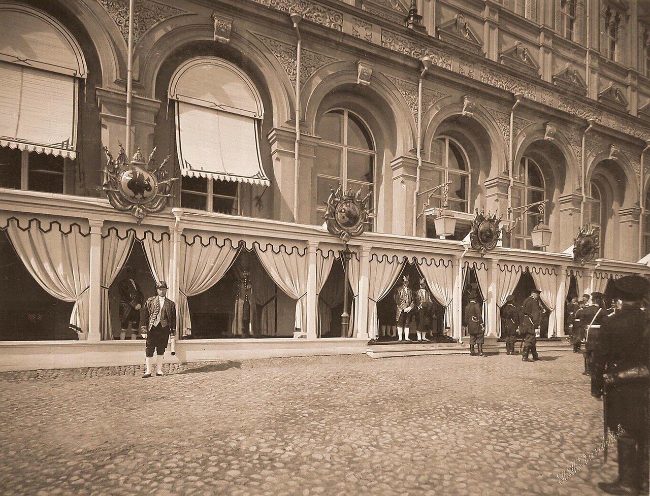 Дворцовые служащие у главного подъезда Большого Кремлёвского дворца в дни коронационных торжеств