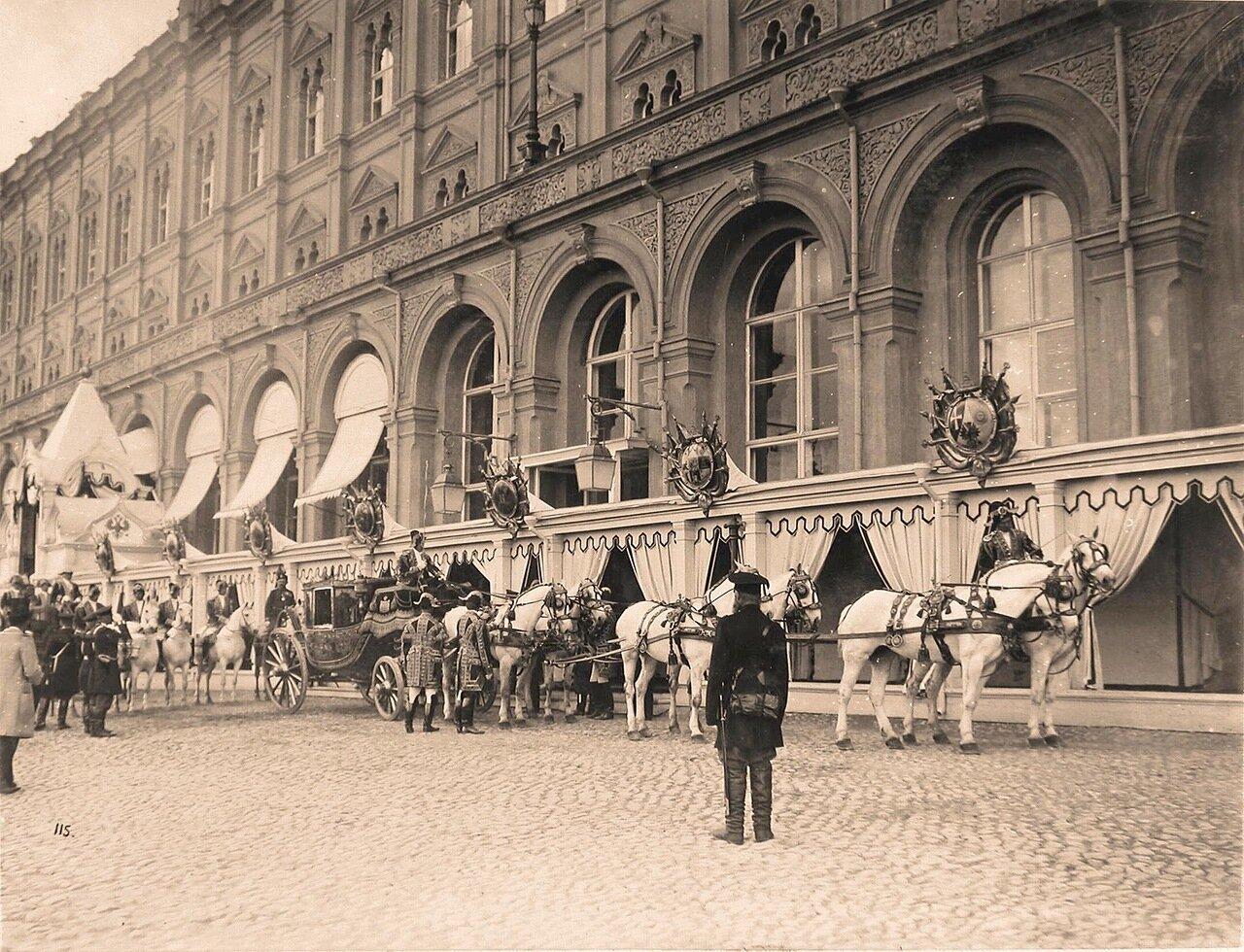 Карета, запряжённая шестёркой лошадей, у здания Большого Кремлёвского дворца в дни коронационных торжеств