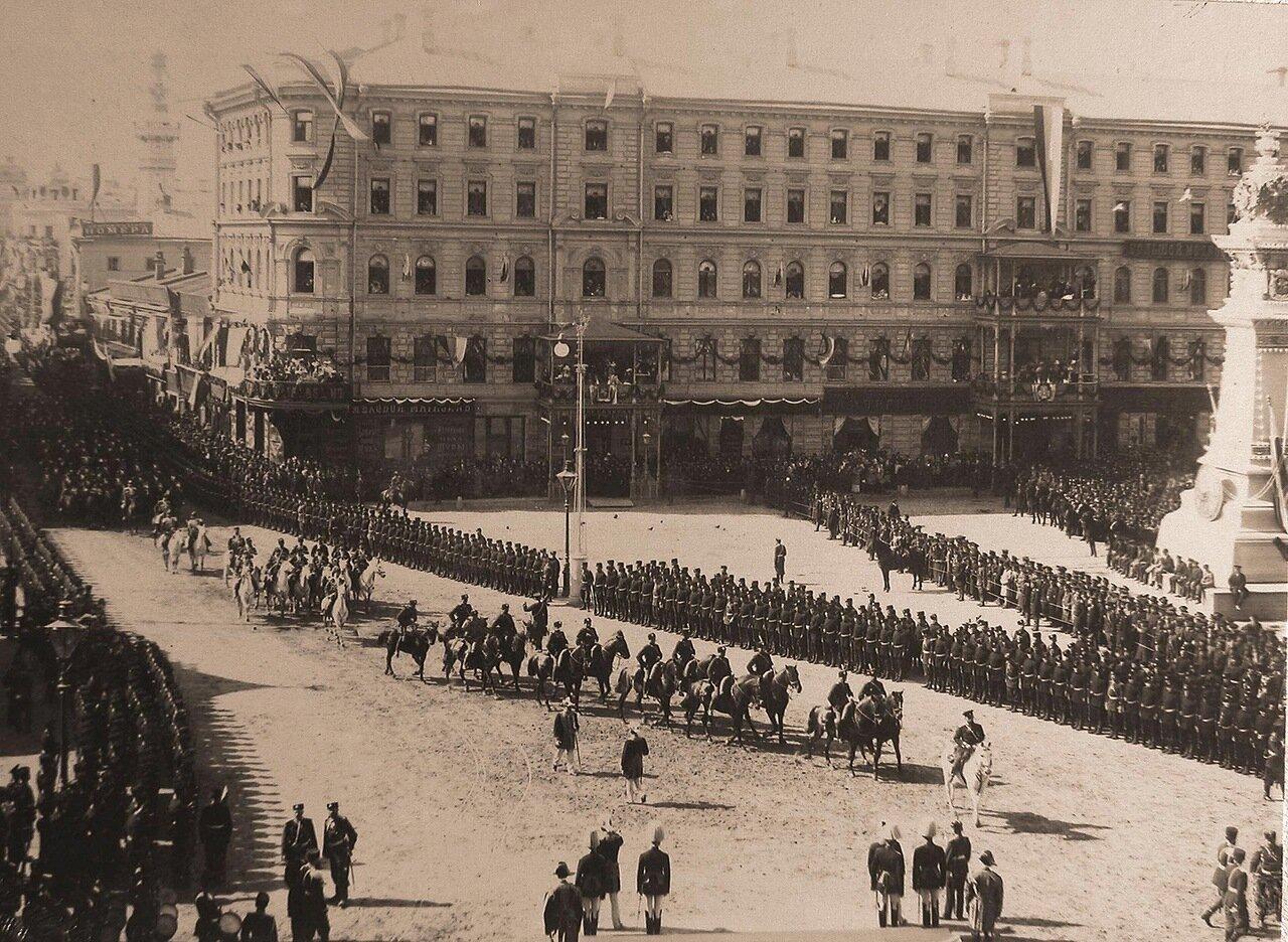 Прохождение кавалерии по Воскресенской площади в день торжественного въезда императора Николая II и императрицы Александры Федоровны в Москву