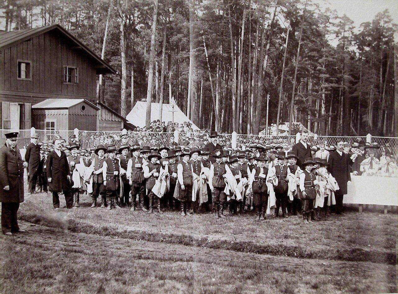 01. Группа местных жителей и дети в национальных польских костюмах  в ожидании приезда императора Александра  III. 14 сентября 1886