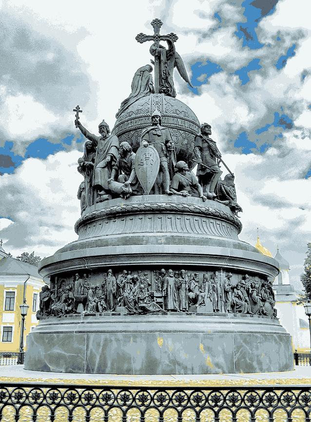 Рюрик в центре на памятнике 1000-летия государственности Руси в Великом Новгороде