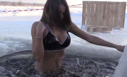 Елена Беркова с головой искупнулась в проруби