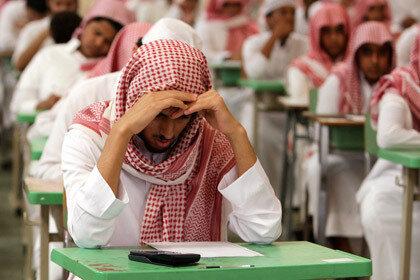 Житель Саудовской Аравии 20 лет жил со шпаргалкой в ухе