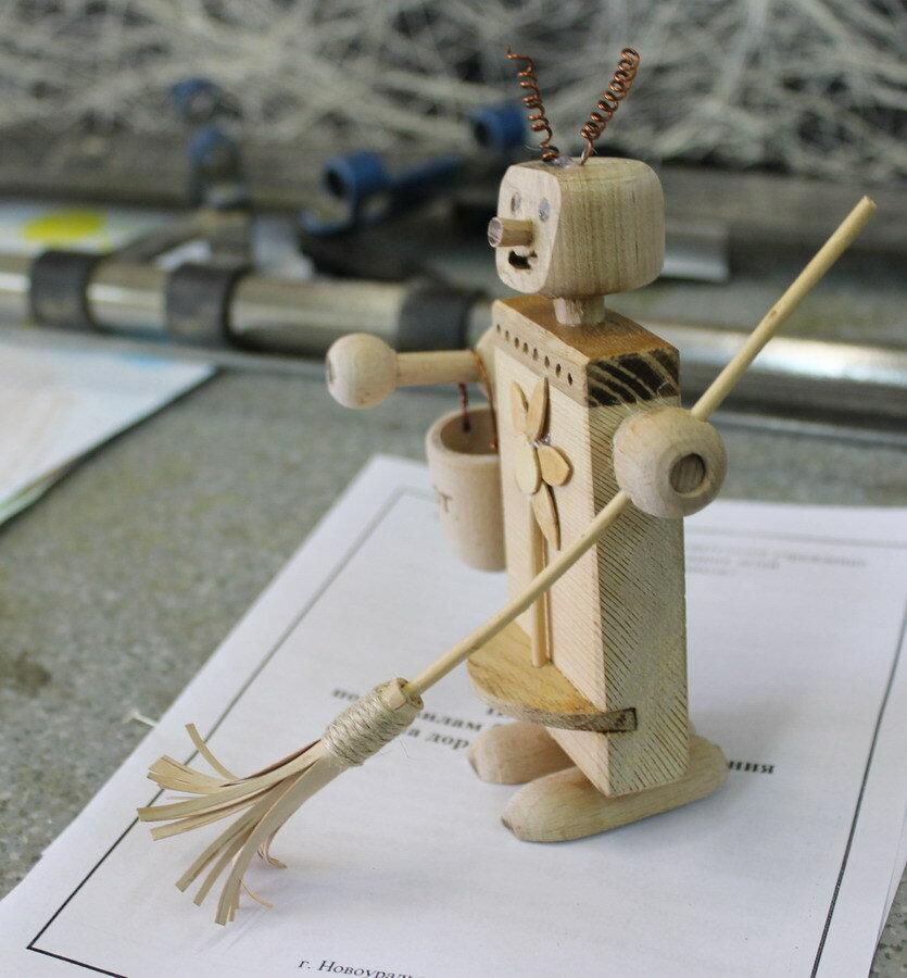 Робот из дерева.
