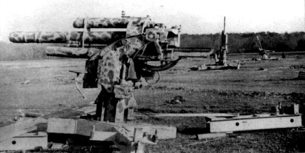 Разгромленная советскими танками батарея 88-мм зенитных орудий FlaK 36/37. Окраина города Познань. 1945