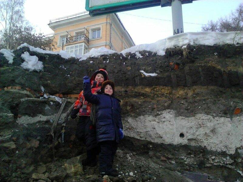 Дети исследуют разрез холма