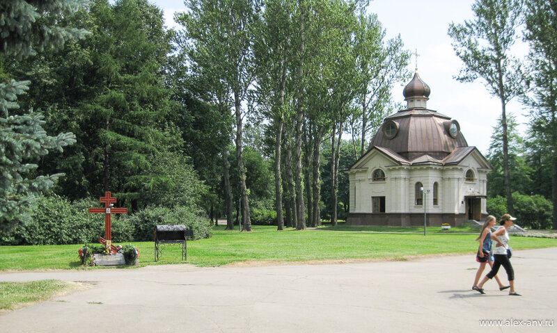 Московский парк Победы. Часовня расположена на месте бывшего завода-крематория, где в блокадные годы сжигали умерших горожан.