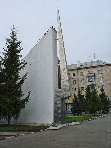 Памятная стела у входа в парк Победы, Белгород, 2007 (Sanchess)