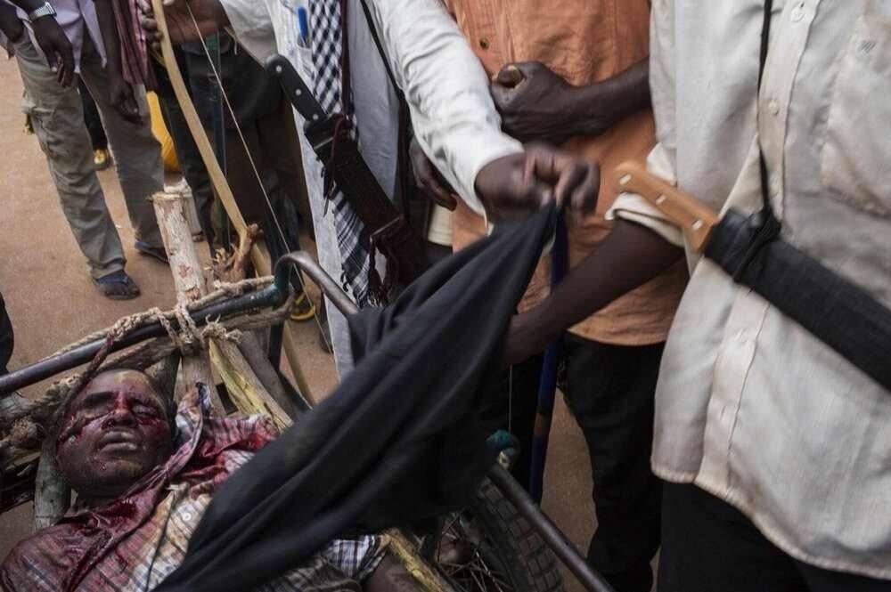 Тело убитого 20-летнего Мухаммеда, под ноги которому людьми из христианской Anti-Balaka была брошена противопехотная граната