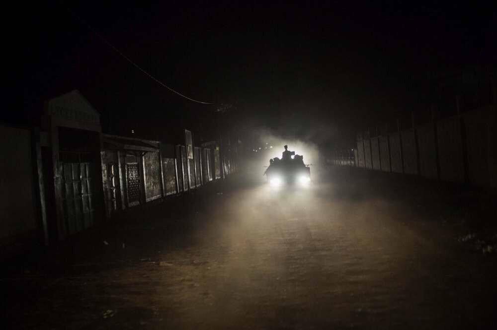 Руандийские военные патрулируют улицы Банги во время ночного комендантского часа
