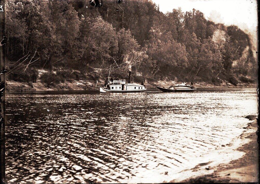 Паровой катер «Сибиряк» буксирует каяк по реке