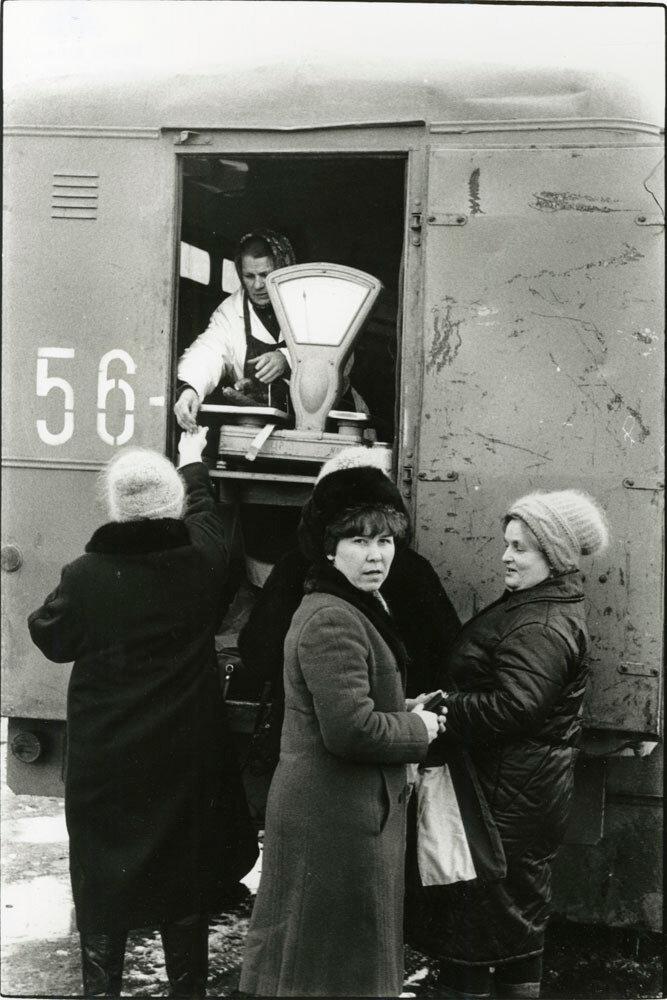 Женщина продавет мясо с машины, Ярославль, Россия, 1989