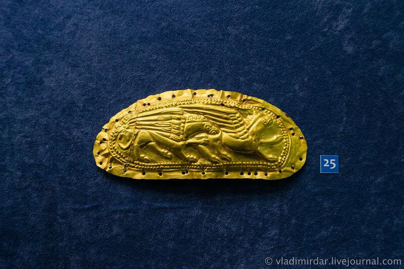 Пластина-обкладка с изображением грифонов. Золото. . III в до н.э. Станица Новолабинская, 2003, раскопки Б.А. Раева.